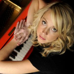 Female pianist/vocalist with a wide repertoire from jazz standards to Rock Anthems